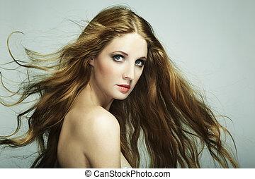 verticaal, van, jonge, mooie vrouw, met, lang, vloeiende haren