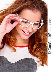 verticaal, van, jonge vrouw , het voeren bril, op wit