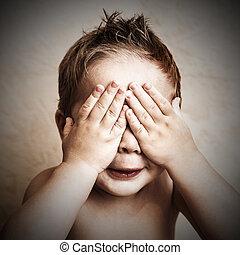 verticaal, van, jongetje, gesloten ogen, met, zijn, handen