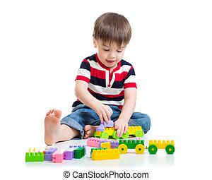 verticaal, van, jongetje, met, speelgoed belemmert