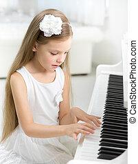 verticaal, van, klein kind, in, witte kleding, spelende piano