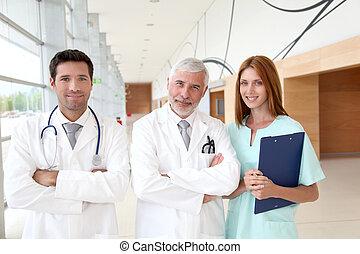 verticaal, van, medisch team, staand, in, ziekenhuis, zaal