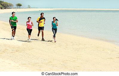 verticaal, van, mensen, rennende , op het strand