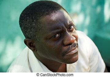 verticaal, van, middelbare leeftijd , afrikaanse man, het staren, de, fototoestel