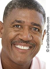 verticaal, van, middelbare leeftijd , man, het glimlachen, op, de, fototoestel
