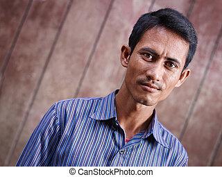 verticaal, van, midden volwassene, aziatische man, kijken naar van fototoestel