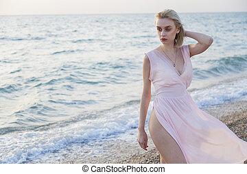 verticaal, van, modieus, vrouwen, op het strand, van, de, zee kust