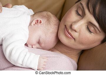 verticaal, van, moeder, het rusten, met, pasgeboren baby,...