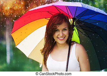verticaal, van, mooi, en, glimlachende vrouw, met, paraplu