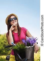 verticaal, van, mooi, jonge vrouw , met, fiets