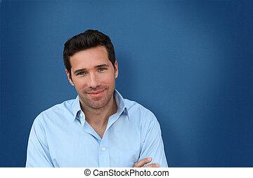 verticaal, van, mooi, man staand, op, blauwe achtergrond