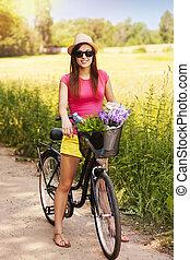 verticaal, van, mooie vrouw, met, fiets