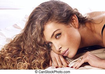 verticaal, van, mooie vrouw, met, lang, krullebol
