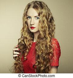 verticaal, van, mooie vrouw, met, rood haar, in, rode jurk