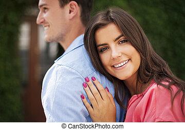 verticaal, van, mooie vrouw, omhelzen, haar, boyfriend