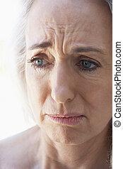 verticaal, van, oude vrouw, het kijken, bezorgd