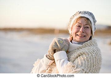 verticaal, van, oude vrouw, in, warme, winter kleden