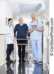 verticaal, van, physiotherapists, en, senior, patiënt, in, rehab, centrum