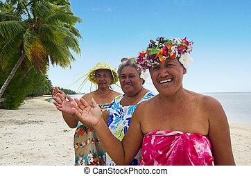 verticaal, van, polynesiër, pacific, eiland, tahitian, middelbare leeftijd , vrouwtjes, glimlachen, en, golf, haloha, hellow, op het strand, in, aitutaki, lagune, cook, islands.