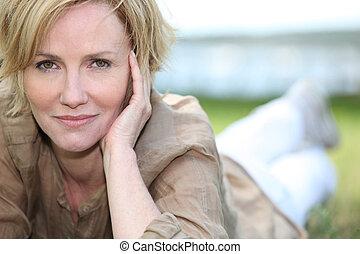 verticaal, van, prachtig, middelbare leeftijd , blonde, het...