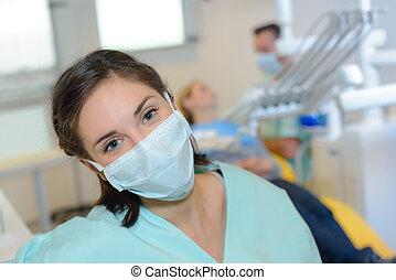verticaal, van, tandartsassistent, uitputtend masker