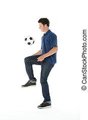 verticaal, van, tienerjongen, met, een, voetbal