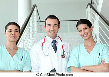 verticaal, van, twee, vrouwlijk, verpleegkundigen, met, arts