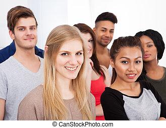 verticaal, van, universiteitsstudenten, staand, in, klaslokaal