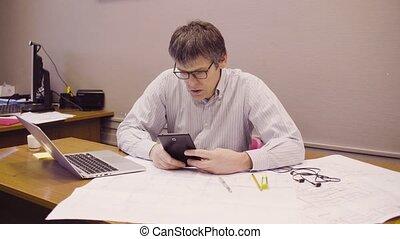 verticaal, van, van middelbare leeftijd, architect, werkende , in, de werkkring