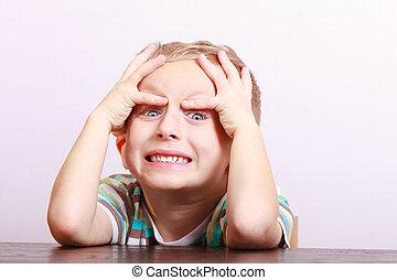 verticaal, van, verwonderd, boos, emotioneel, blonde , jongen kind, geitje, aan tafel