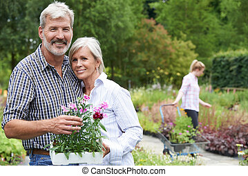 verticaal, van, volwassen paar, shoppen , op, het centrum van de tuin