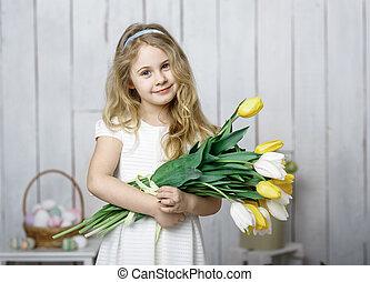 verticaal, van, vrolijk, weinig; niet zo(veel), blonde, meisje, met, tulpen, bouquetten, op wit, hout, achtergrond