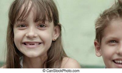 verticaal, van, vrolijke , kinderen, het glimlachen