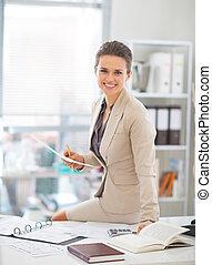 verticaal, van, vrolijke , zakenmens , werkende , in, kantoor