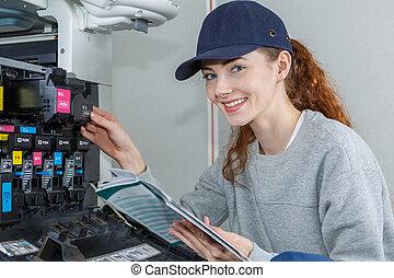 verticaal, van, vrouw, het handhaven, fotokopieerapparaat