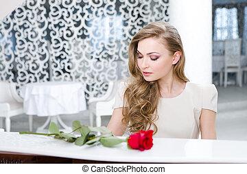 verticaal, van, vrouw, met, het rood nam toe, spelende piano