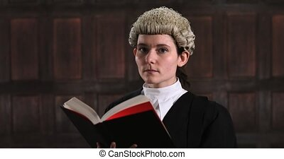 verticaal, van, vrouwlijk, advocaat, in, versieren, lezende...