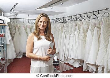 verticaal, van, vrouwlijk, bridal, winkel, eigenaar, met, digitaal tablet