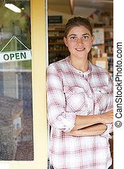 verticaal, van, vrouwlijk, delicatessen, eigenaar, buiten, winkel