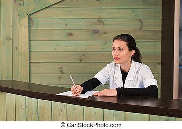 verticaal, van, vrouwlijk, receptionist, het verklaren, vorm, om te, patiënt, in, tandarts, kliniek