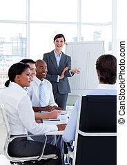 verticaal, van, zakenlui, het bespreken, een, nieuw, strategie