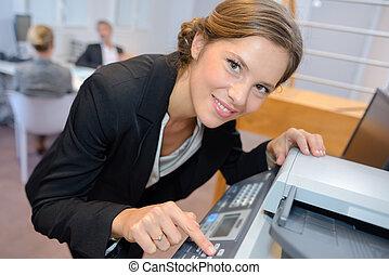 verticaal, vrouw, fotokopieerapparaat, gebruik