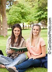 verticaal, vrouwlijk, tieners, schoolboek, zittende