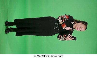 vertical, personnes agées, grand-maman, studio., écran, femme, noir, motion., portrait, smartphone., texting, brunette, robe verte, lent, elle, video.