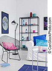 verticale, vista, di, elegante, poltrona, con, rosa, cuscino, in, vita moderna, stanza, interno, con, sofà bianco, nd, luna, grafico, su, parete