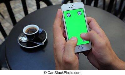 verticalement, deux, texte, écran, blanc, téléphone, iphone, vert, mains, dactylographie, étiquettes