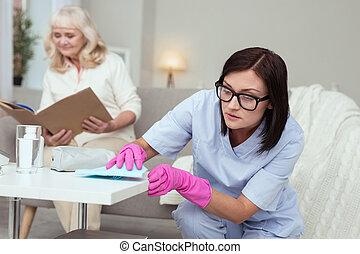 vervaardiging, aandachtig, caregiver, vrouwlijk, schoonmaken