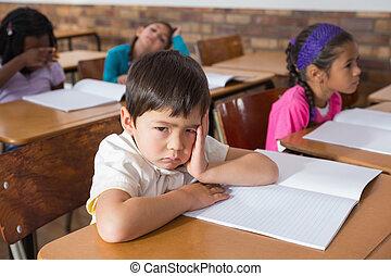 verveeld, pupil, zittende , op, zijn, bureau