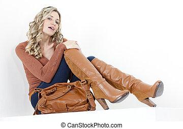 vervelend, bruine , vrouw zitten, modieus, laarzen, handtas