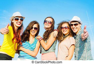 vervelend, groep, mensen, jonge, zonnebrillen, hoedje